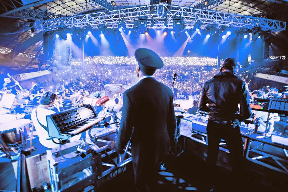 Simfoninėje house muzikos pasakoje – Australijos šokių muzikos genijai Flight Facilities, orkestras ir būrys žvaigždių