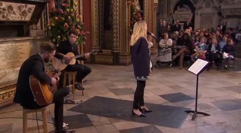 Ellie Goulding legendinę Stingo dainą Anglijos karalienei atliko Vestminsterio Abatijoje
