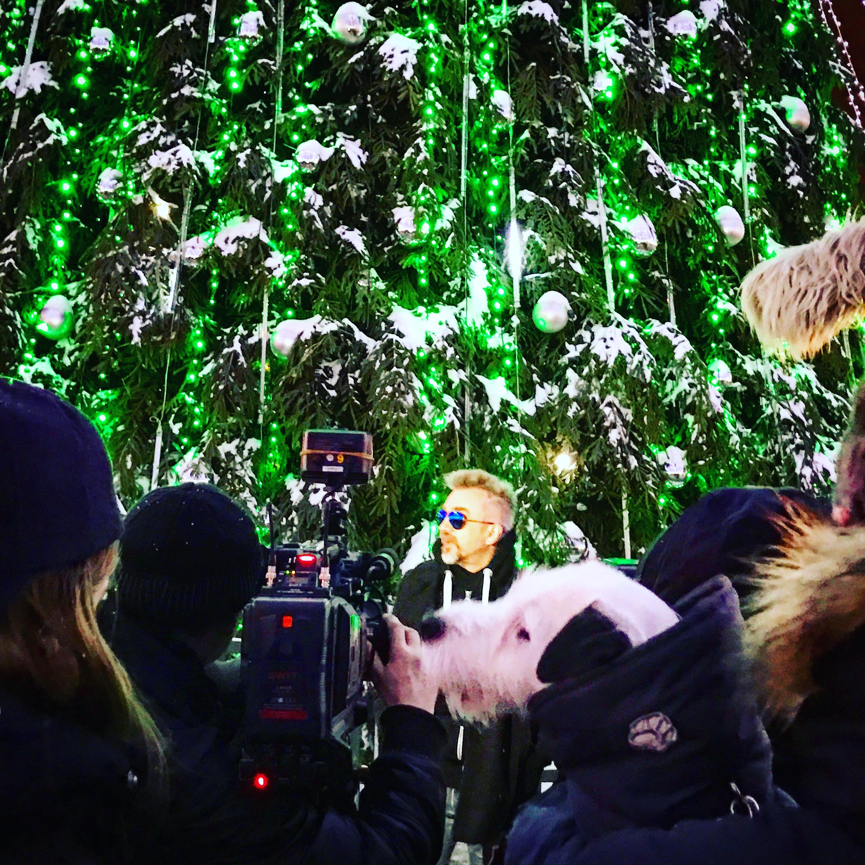 Kalėdinę dainą po pagrindine sostinės eglute atlikęs A. Mamontovas pakvietė visus į savo 50-mečio koncertą
