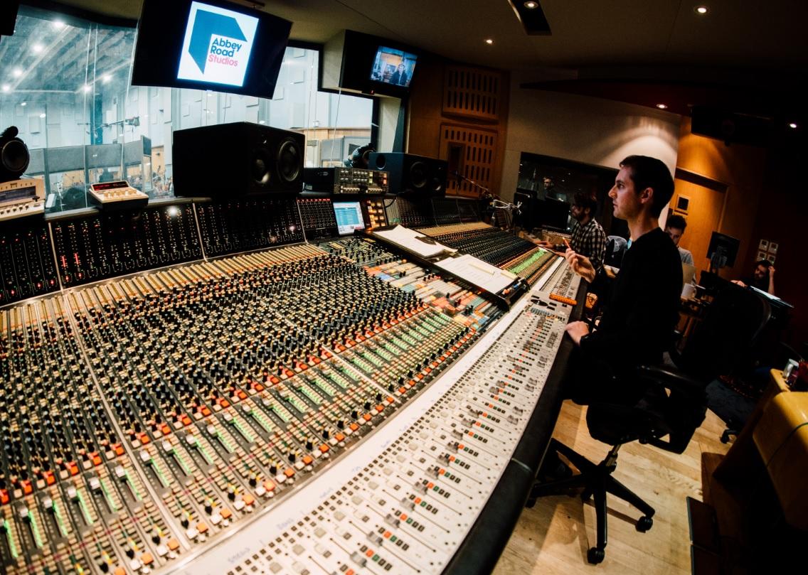 Tiesiai iš Abbey Road studijos: interviu su garso režisieriumi Lewis Jones