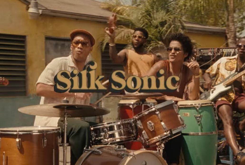 """Bruno Mars ir Anderson .Paak duetas """"Silk Sonic"""" išleido naują dainą"""