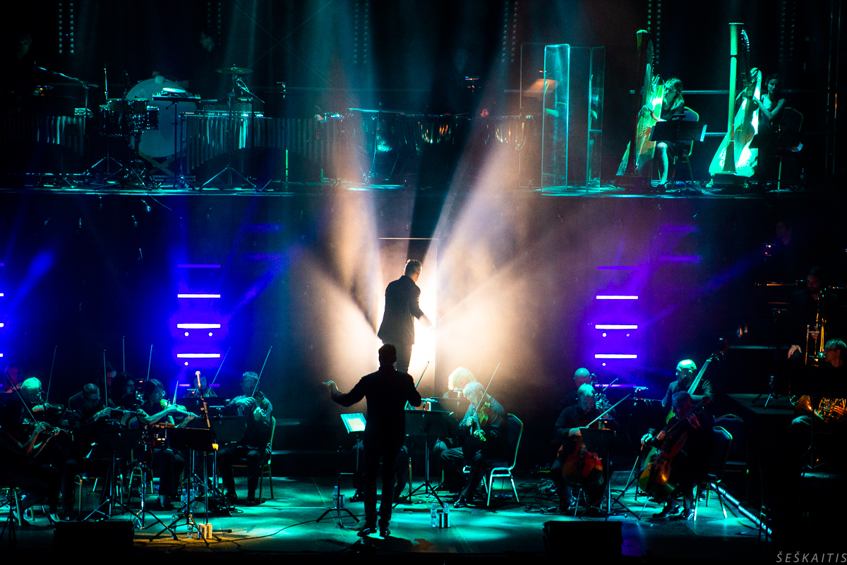 """Andriaus Mamontovo ir Lietuvos kamerinio orkestro koncertas  """"Šiaurės naktis. Pusė penkių"""": laikui nepavaldi muzika Valdovų rūmų kieme"""