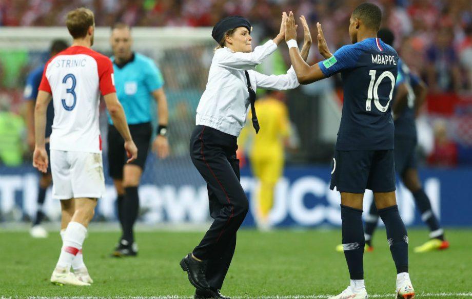 Pasaulio futbolo čempionato finalinį mačą pertraukė Pussy Riot protestas