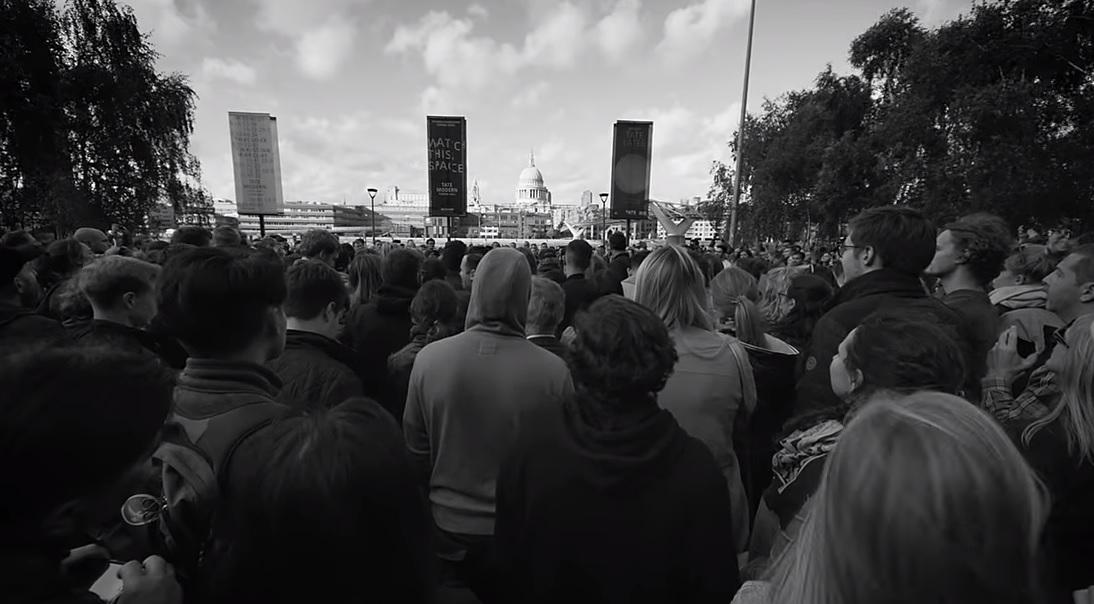 Mumford & Sons video: galerijos tate modern prieigos ir 100 kartu dainuojančių fanų