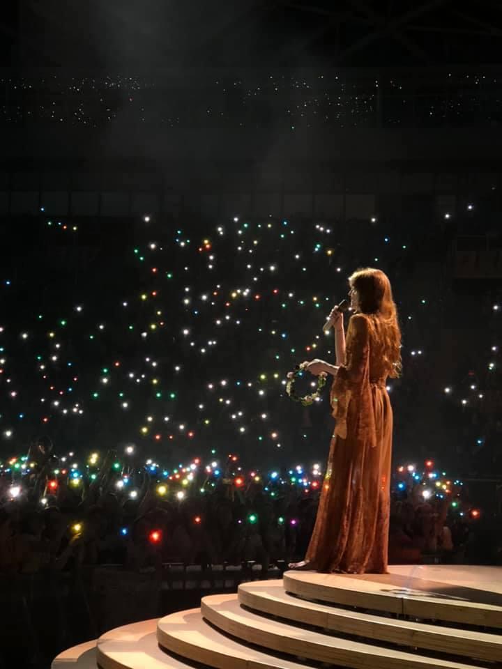 """Kosminė meilė: """"Florence + The Machine"""" ir """"Young Fathers"""" koncerto Lodzėje apžvalga"""