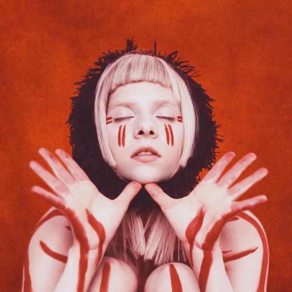 Norvegijos žvaigždė Aurora išleido antrą studijinį albumą