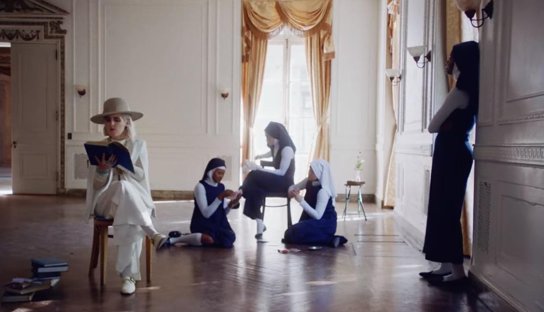 Rugpjūtį – antras britės Shura albumas; šiandien pristatyta nauja daina