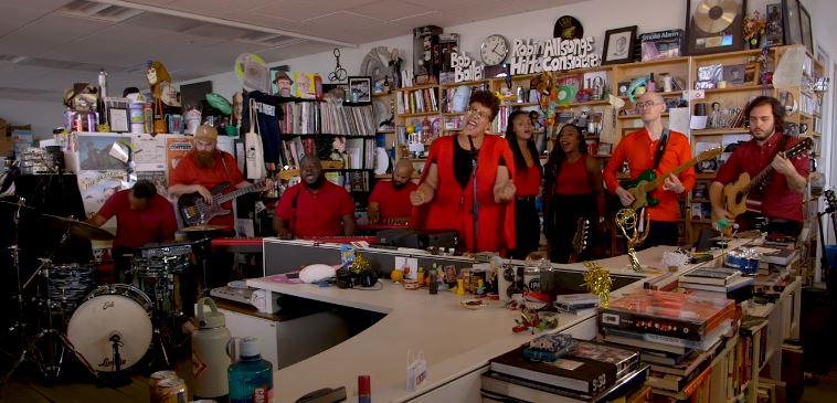 """15 minučių su """"Alabama Shakes"""" siela Brittany Howard: pasirodymas """"Tiny Desk"""" sesijoje"""