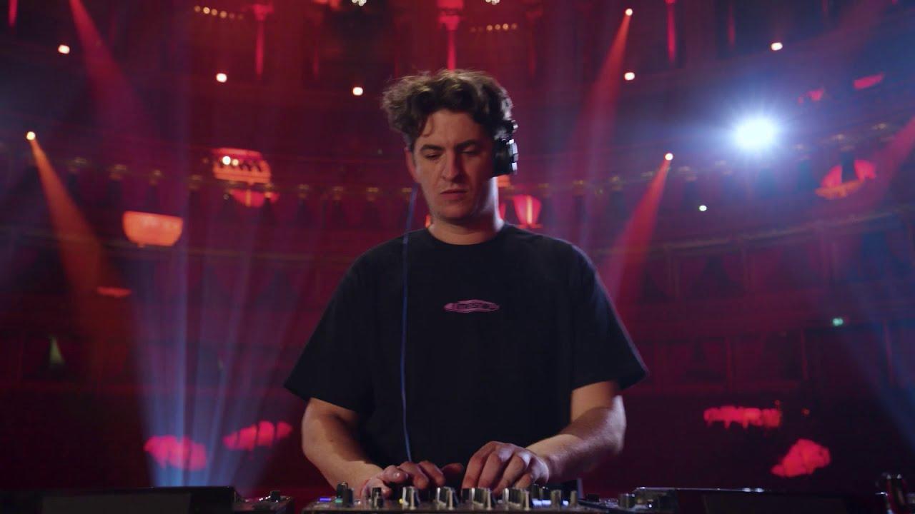 """Dubstep pionieriaus """"Skream"""" pasirodymas tuščioje Londono Royal Albert Hall salėje"""